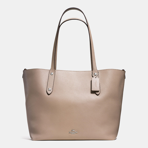 COACH large market tote - An iconic Coach silhouette since the early 1960s, the...