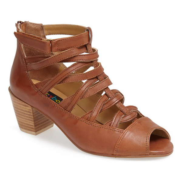 EVERYBODY nastire sandal - The bold silhouette of this mid-heel sandal is tempered by...
