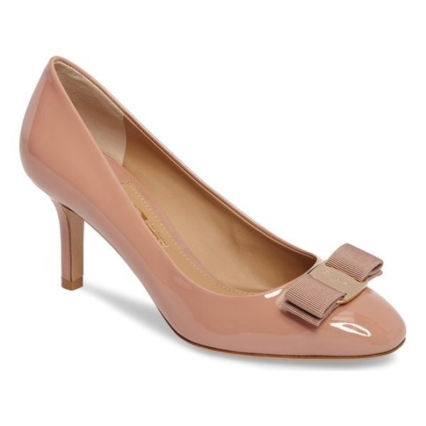 SALVATORE FERRAGAMO erice bow pump - A signature grosgrain-ribbon bow secured with a gilded logo...