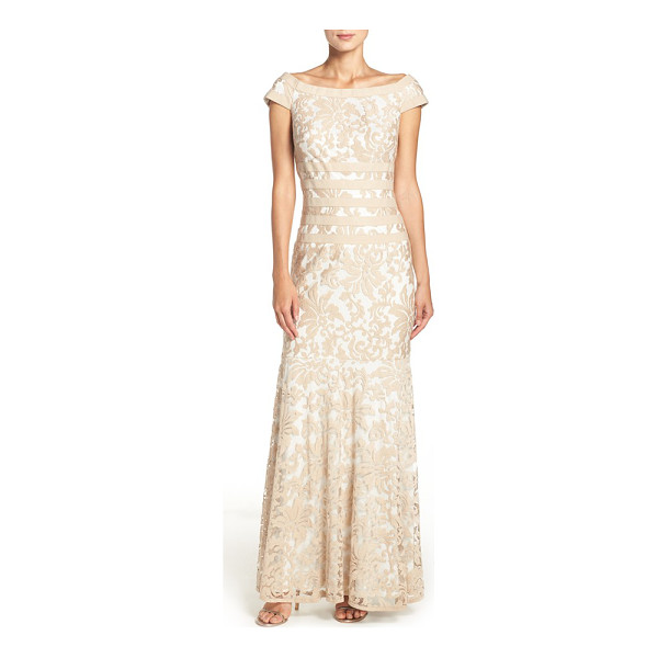 TADASHI SHOJI textured lace mermaid gown - Elaborate, textured lace fashions a stately,...