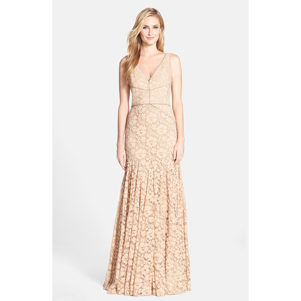 VERA WANG lace mermaid gown - A figure-flaunting silhouette modernizes lace's timelessly...