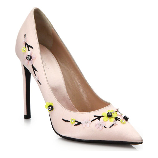 GIAMBATTISTA VALLI Floral embellished satin pumps - Pumps of smooth, fine satin blossom with floral...