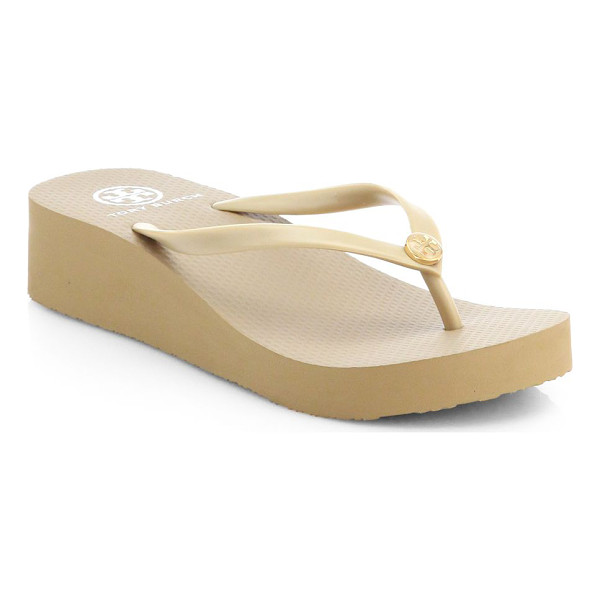 TORY BURCH logo thong flip flops - Topped with a signature designer emblem, a traditional...