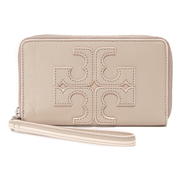 TORY BURCH Contrast logo wristlet - A pebbled leather Tory Burch wallet with a logo accent in