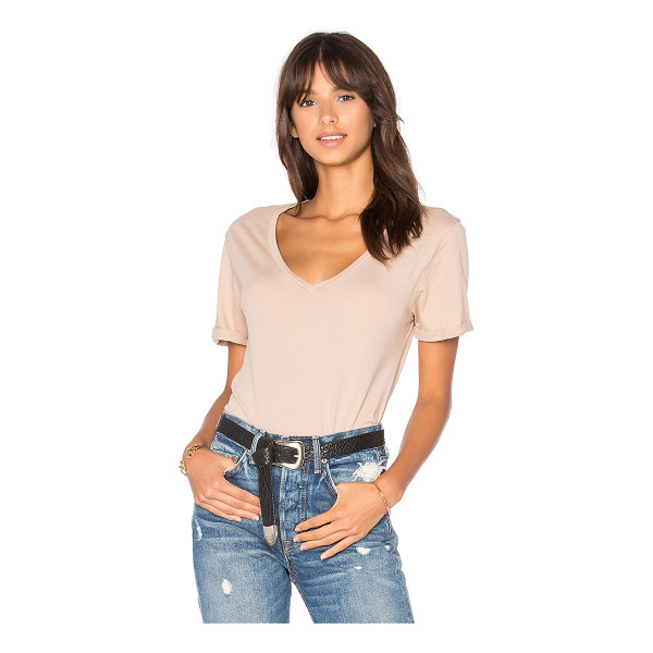 LAMADE Staple Vee - 100% cotton. Rolled cuff sleeves. LAMA-WS1826. 51082 ES. A...