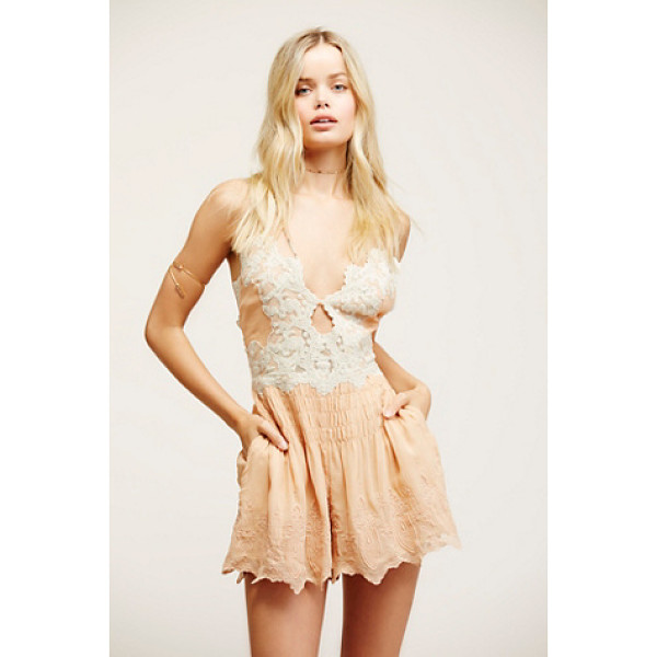 FREE PEOPLE Sun kisses romper - Pretty romper with keyhole cutout in front and patterened...