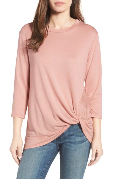 Bobeau lightweight twist hem top in blush - A twisted knot of fabric casually hiking up the hem adds...