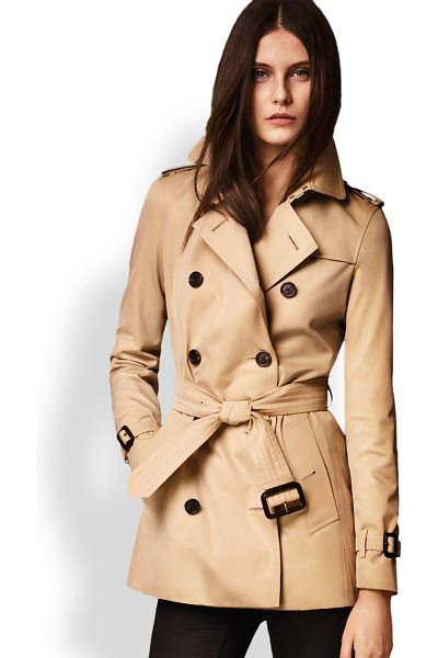 Burberry London Kensington short heritage trench coat in honey - Cut from fine cotton gabardine and lined the house's...