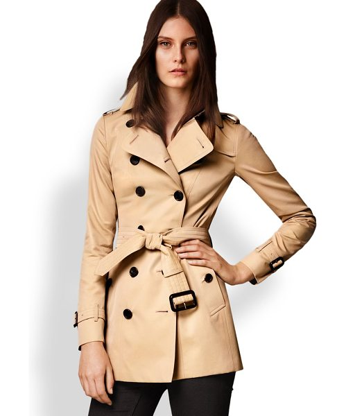 Burberry London Sandringham short heritage trench coat in honey - Cut from fine cotton gabardine and lined the house's...