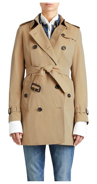 Burberry The Kensington Mid-Length Heritage Trench Coat in honey - Burberry London mid-length trenchcoat in cotton...
