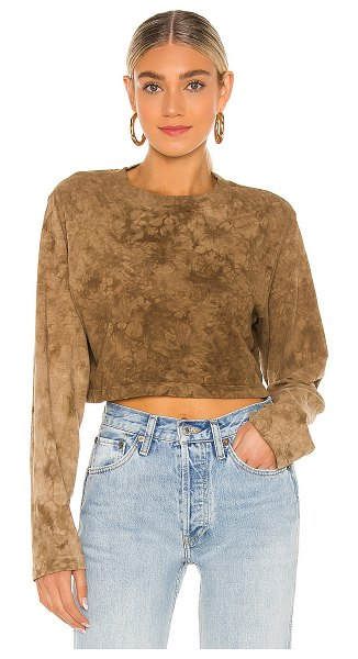 COTTON CITIZEN tokyo crop long sleeve in toffee crystal