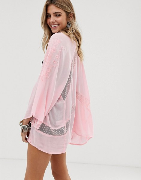 En Cr me en creme embroidered kimono with lace insert detail in pink