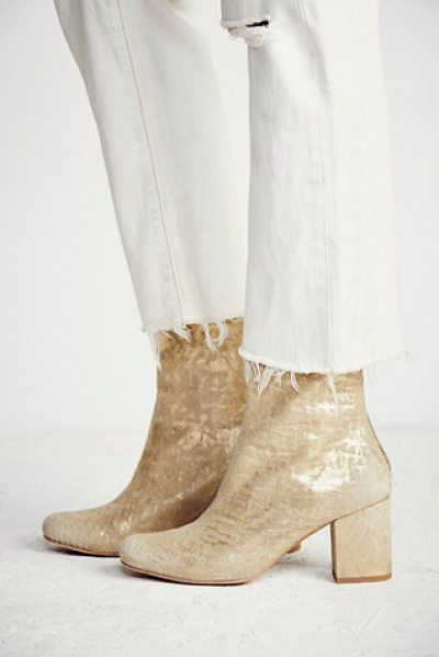 FP COLLECTION Cecile ankle boot in gold metallic - Classic leather ankle boots featuring a chic shape...