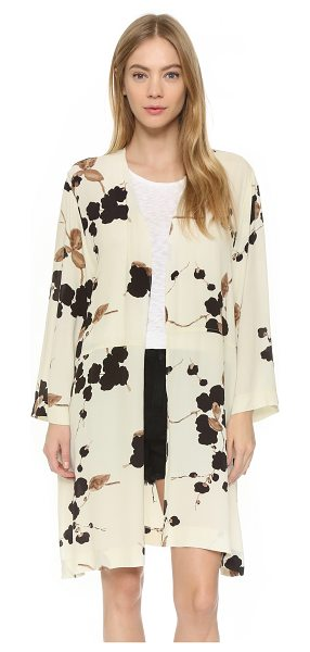 Ganni Ryder kimono in cream japanese flower - A floral Ganni kimono with a relaxed fit. Side slits and...