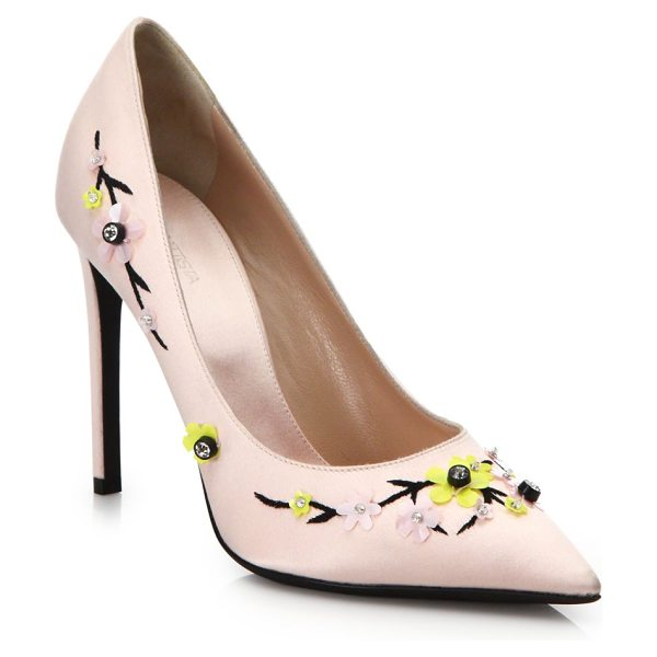 Giambattista Valli Floral embellished satin pumps in pink - Pumps of smooth, fine satin blossom with floral...