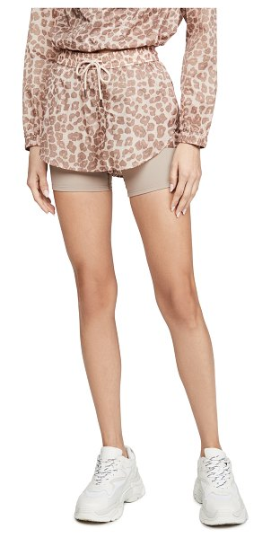 Good American Active running shorts in desert leopard001