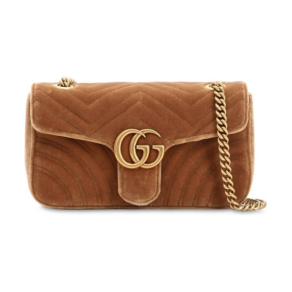 Gucci Small gg marmont 2.0 velvet shoulder bag in beige - Height: 15cm Width: 26cm Depth: 7cm . Metal chain...