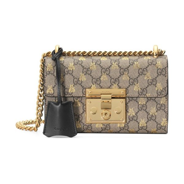 Gucci small padlock gg supreme bee shoulder bag in beige ebony oro/ nero - Foiled bumblebees fly over the double-G logos of a...