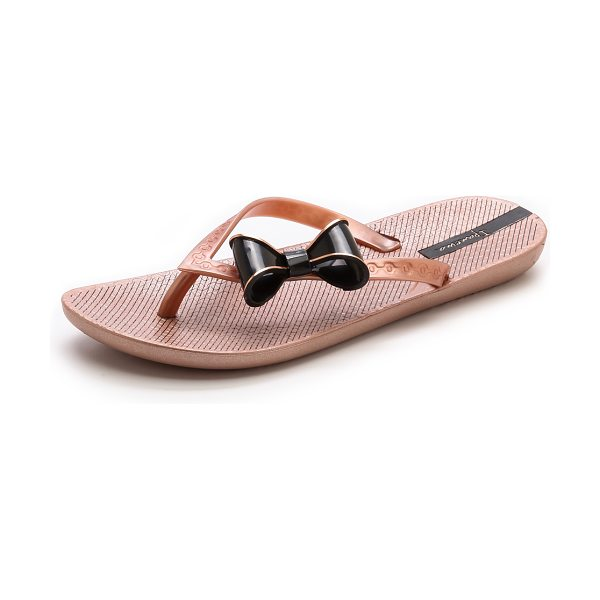 Ipanema Neo clara bow flip flops in rose gold/black - Structured bows accent the textured straps on metallic...