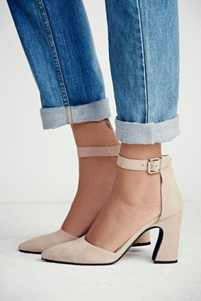 Jeffrey Campbell + Free People Sterling heel in beige - Pointed-toe suede shoes with a sculptural heel and...