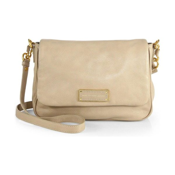 Marc by Marc Jacobs Too hot lea messenger in trackertan - A timeless design in luxurious pebbled leather with a...
