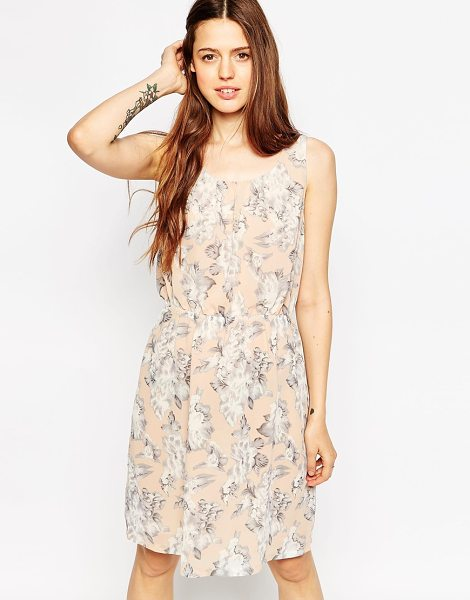 Minimum Ditsy floral dress in 085 soft peach - Casual dress by Minimum Lined chiffon Scoop neckline...