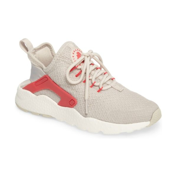 Nike air huarache sneaker in light brown/ siren red/ sail - A replica of the Air Huarache Run from 1992, this...