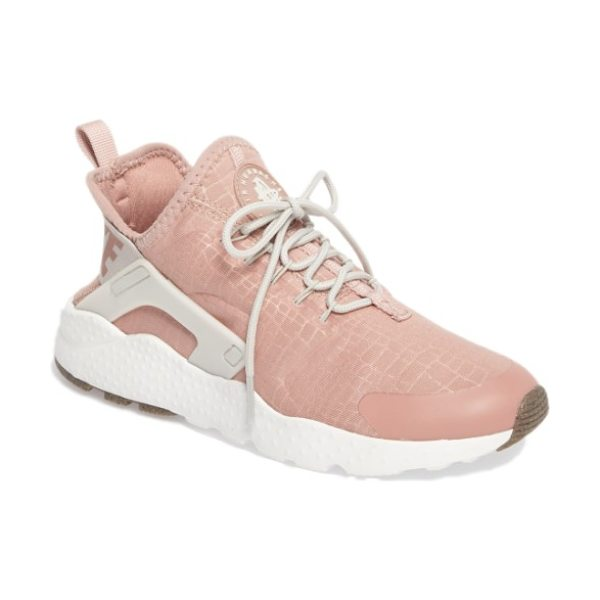 Nike air huarache sneaker in particle pink/ bone/ white - A replica of the Air Huarache Run from 1992, this...