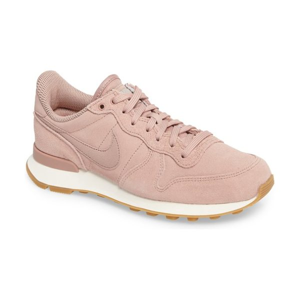 Nike internationalist se sneaker in particle pink/ pink/ grey - Tonal styling and an athletic, retro-inspired profile...