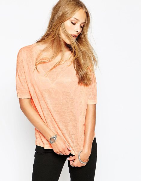 Noisy May Short sleeve knit t-shirt in tropical peach - Top by Noisy May Lightweight jersey Semi-sheer finish...