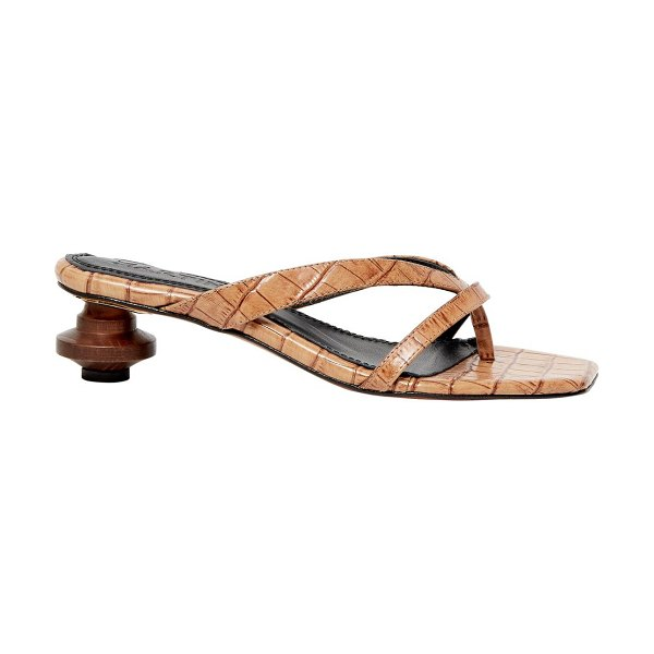 Souliers Martinez verano croc-embossed leather thong sandals in camel