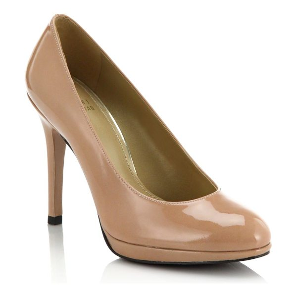 Stuart Weitzman Patent leather pumps in tan - Classic patent leather pumps in a neutral hue for a...