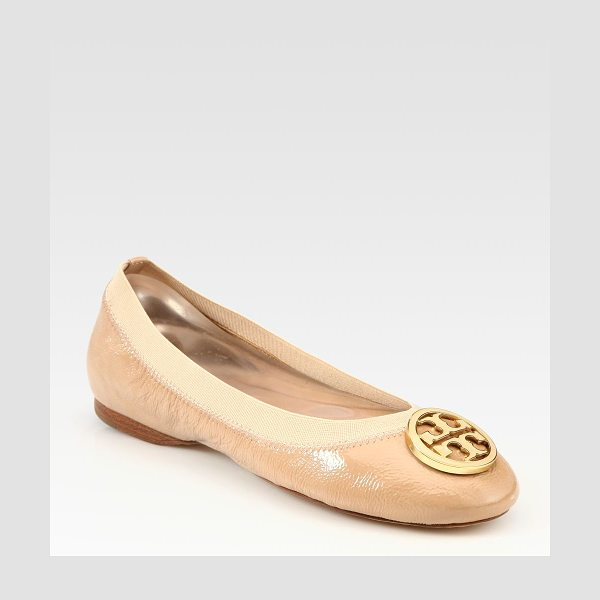 Tory Burch Caroline patent leather logo ballet flats in nude - Patent leather basic with a partially elastic upper and...
