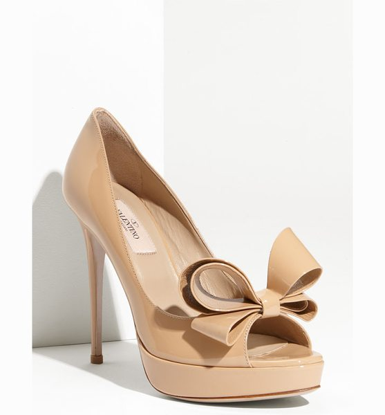 Valentino couture bow platform pump in beige - A signature bow adds dimension and charm to a glossy...