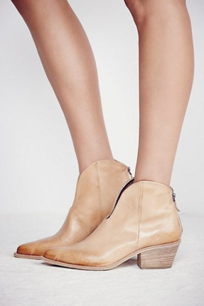 VIC MATIE Vista verde western boot in camel - Crafted in Italy from the finest leather these...